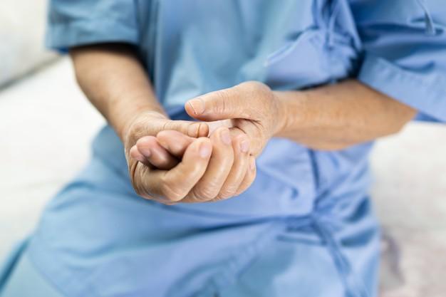 mujer-mayor-asiatica-paciente-dolor-dedo-gatillo-bloquear-su-mano-hospital_39768-2983